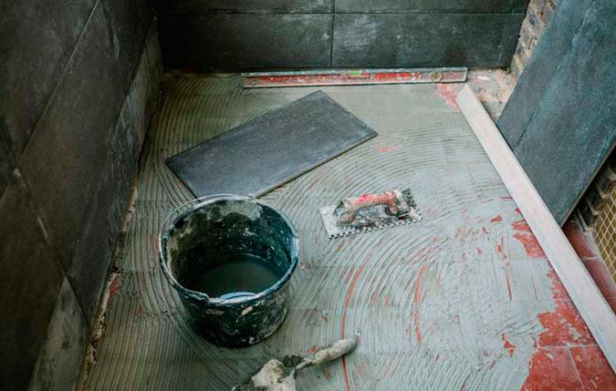 Herramientas y materiales necesarios para colocar azulejos